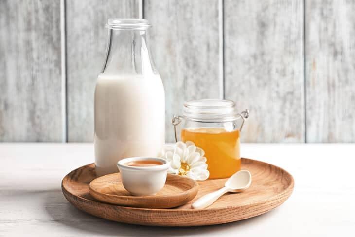 Молоко с медом и маслом от кашля