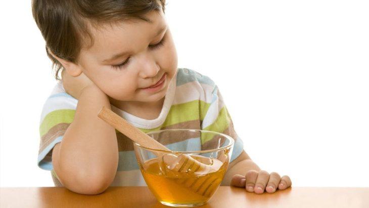 ребенок с медом
