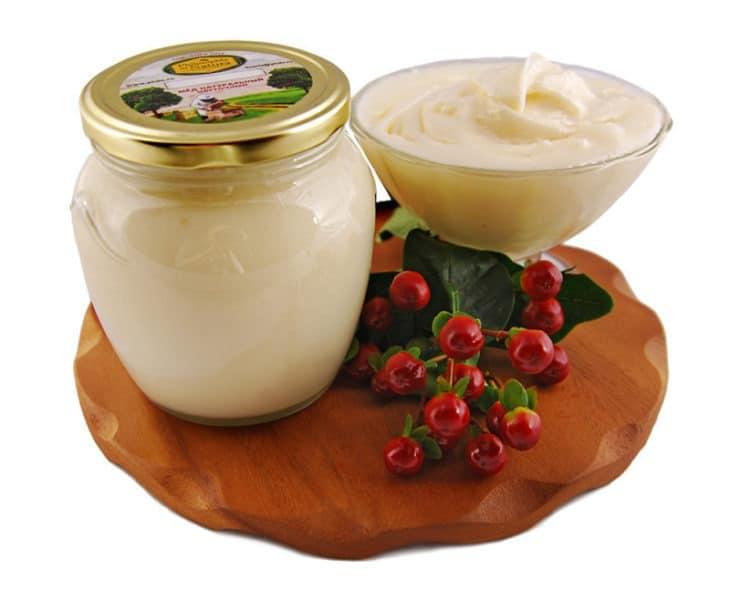 белый мед с ягодами