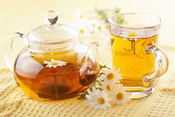 чай с медом и ромашкой
