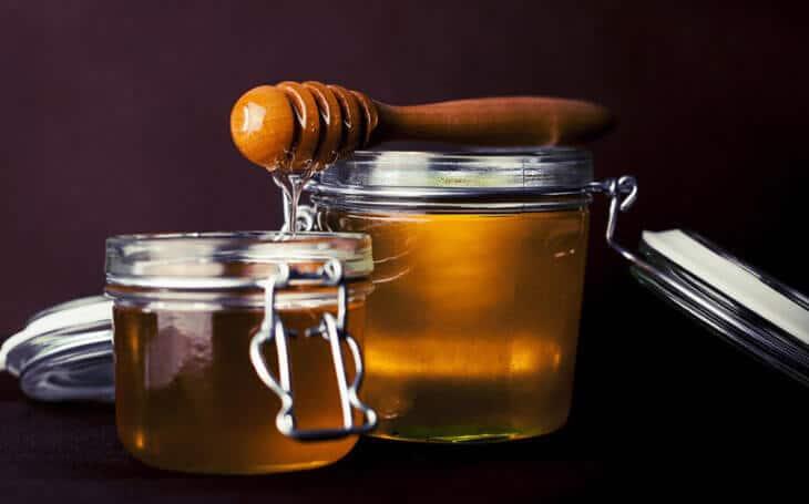 стеклянные емкости с медом на основе женьшеня