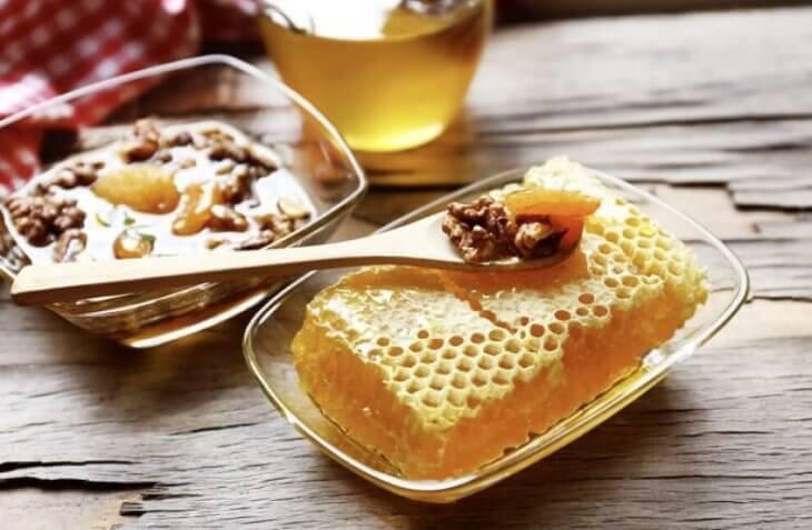 мед в сотах с ложкой и орехами