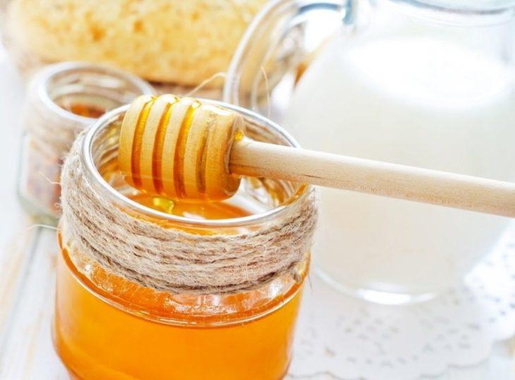 ложка с банкой меда