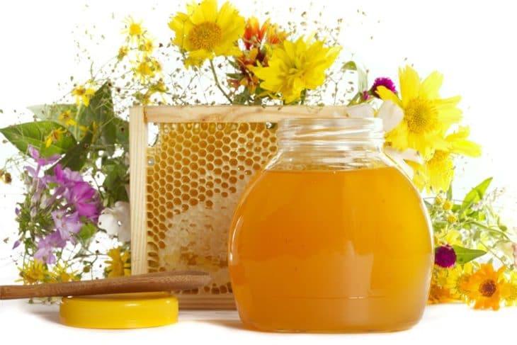 цветы и банка с медом