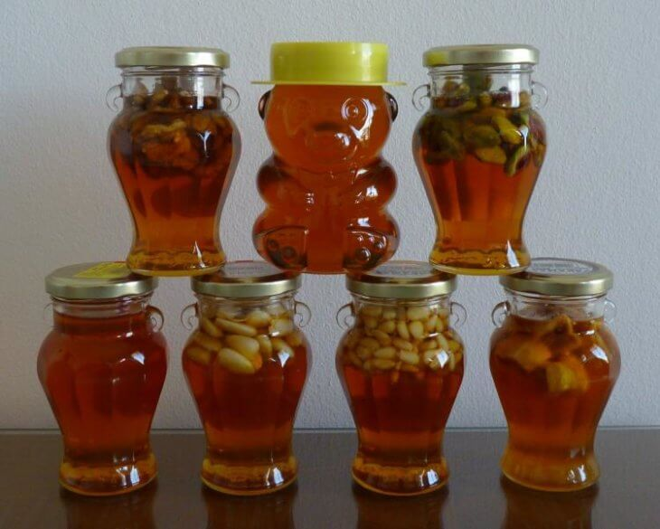 мед с орехами в банках