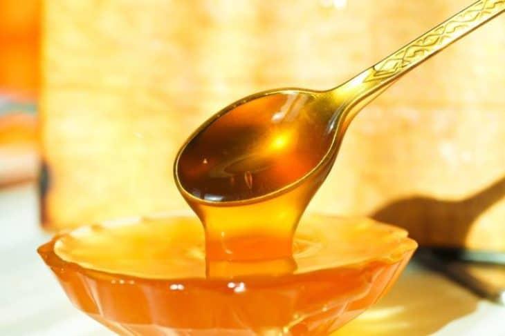 мед с ложкой в пиале