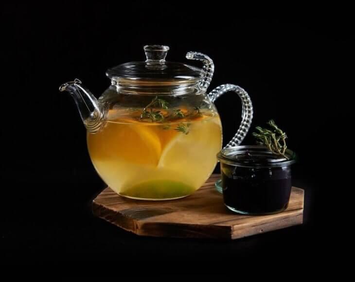 чайник с медом и лимоном