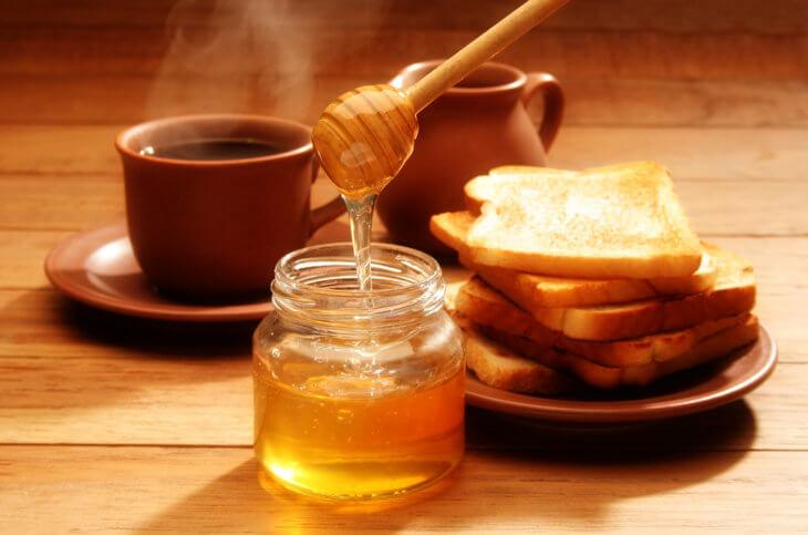 чай с медом и тостами