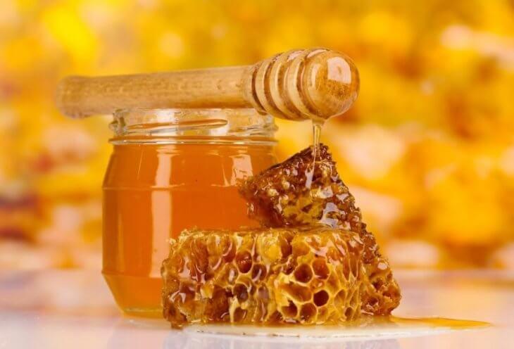 банка с медом и сотовый мед