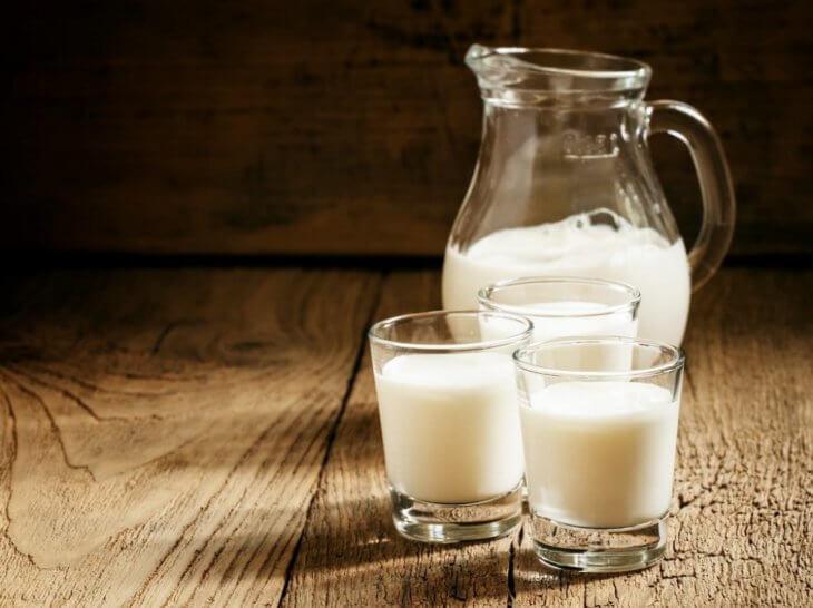 стаканы и кувшин с молоком