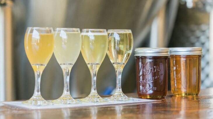 бокалы с медовым напитком