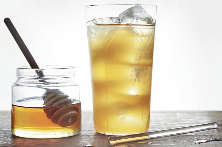 медовуха и жидкий мед с ложкой