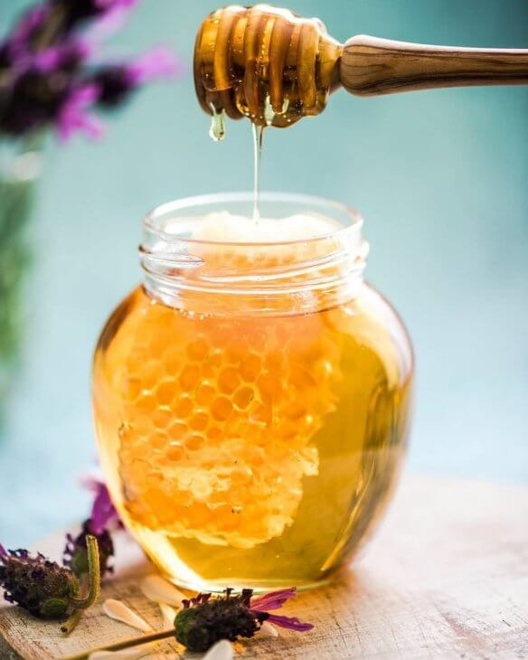 сотовый и жидкий мед в банке