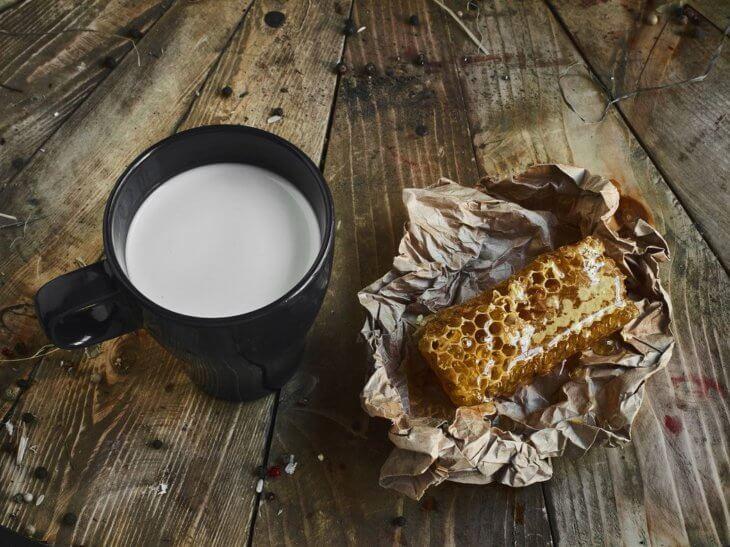 кружка молока с сотовым медом