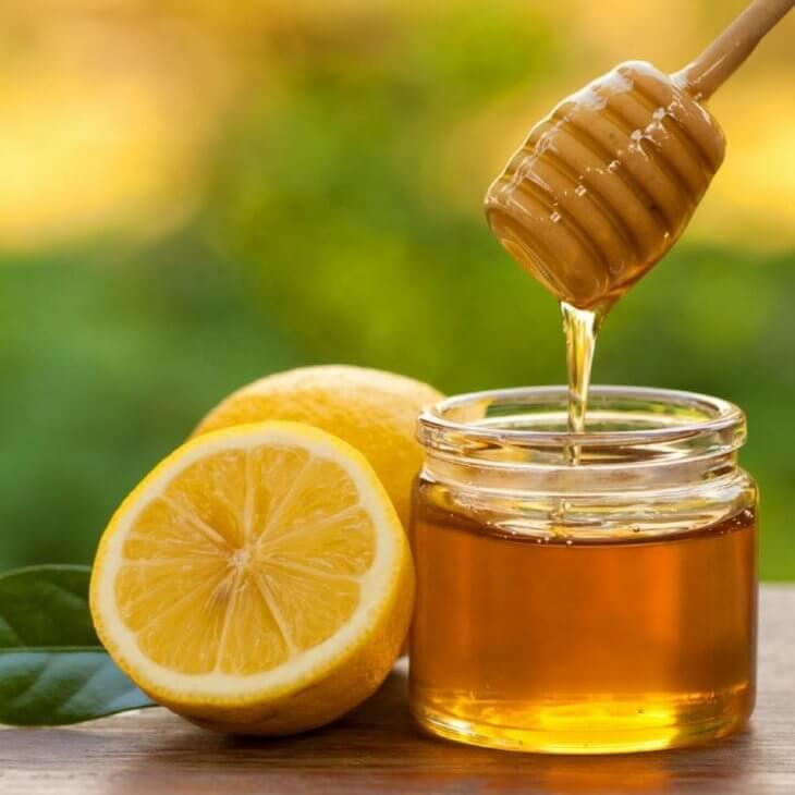 мед с ложкой и лимоны