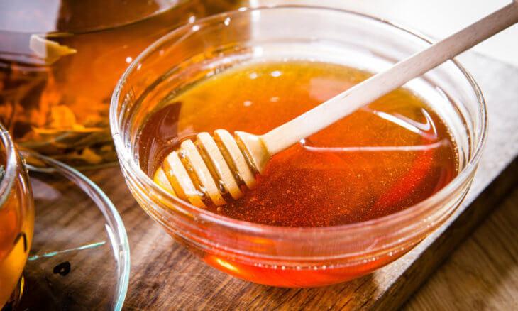 пиала с медом и ложкой