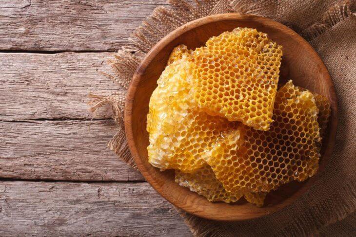 пчелиный нектар в восковых ячейках