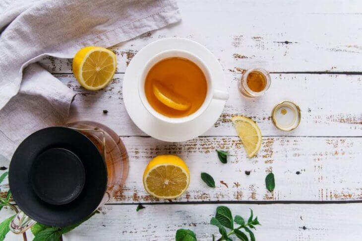 кружка чая с медом и ломтиком лимона