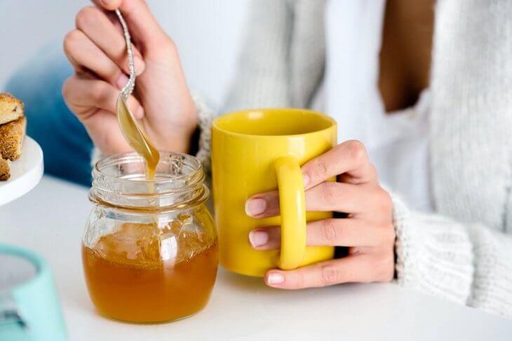 чашка с медовым напитком